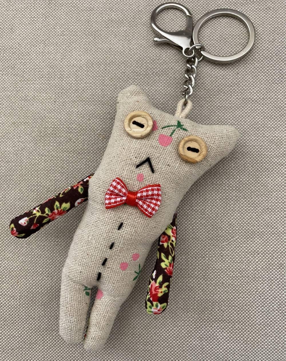 Porte clé original petit bonhomme en tissu beige