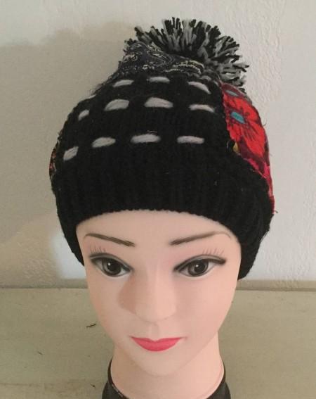 Bonnet à pompon fantaisie façon patchwork noir et gris