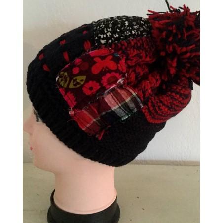 Bonnet à pompon fantaisie façon patchwork bleu et rouge