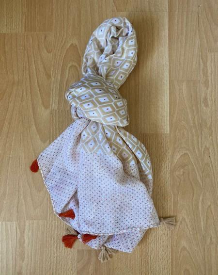 Foulard beige et brique à pompons bicolore