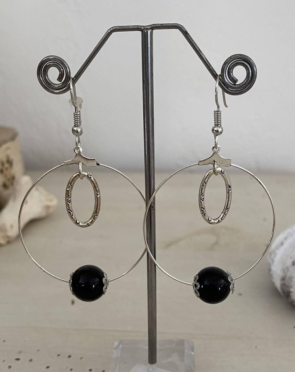 Boucles d'oreilles créoles perles noires et breloque