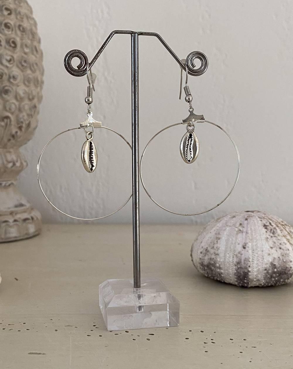 Créoles coquillages en métal coloris argenté