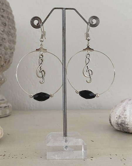 Boucles d'oreilles créoles perle noire et breloque clé de sol