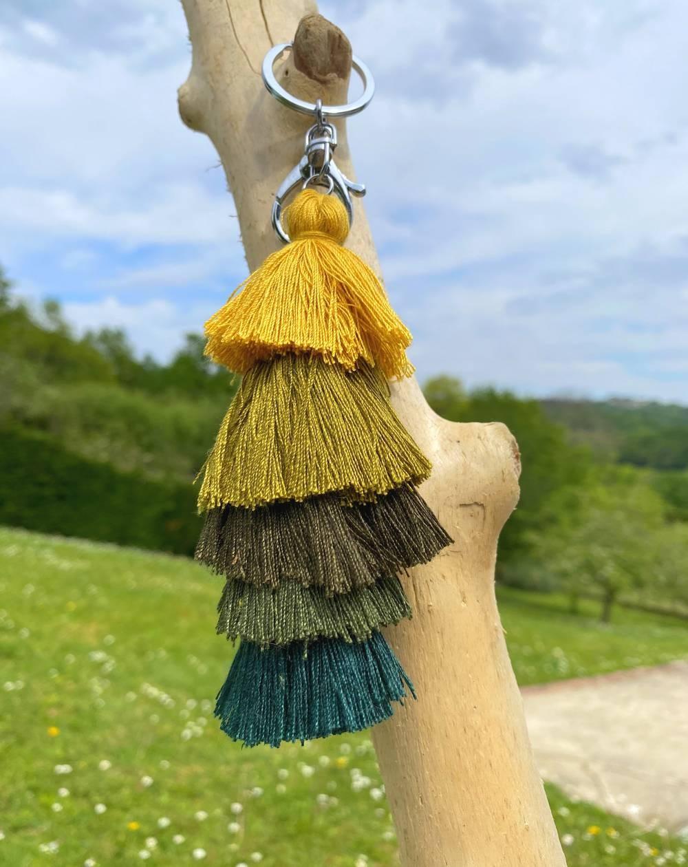 Porte clés fantaisie à pompons multicolores marrons, kaki, moutarde et vert
