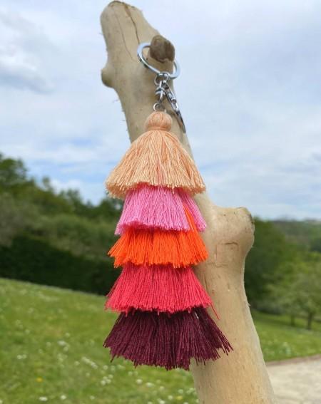 Porte clés original à pompons multicolores saumon, rose, rouge et fuchsia