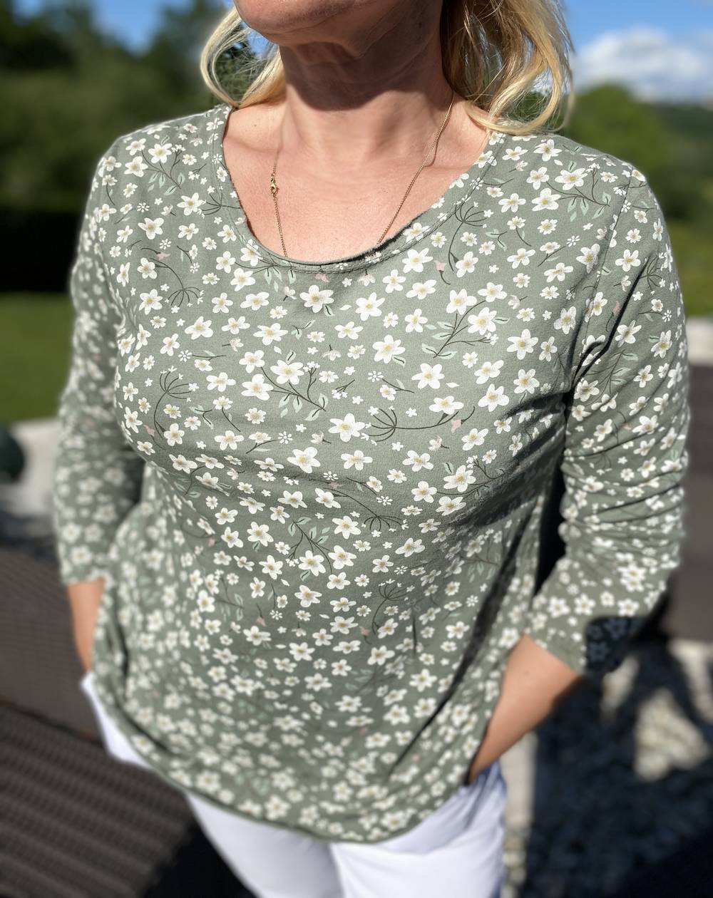 Tee shirt kaki à manches longues et motifs fleuris
