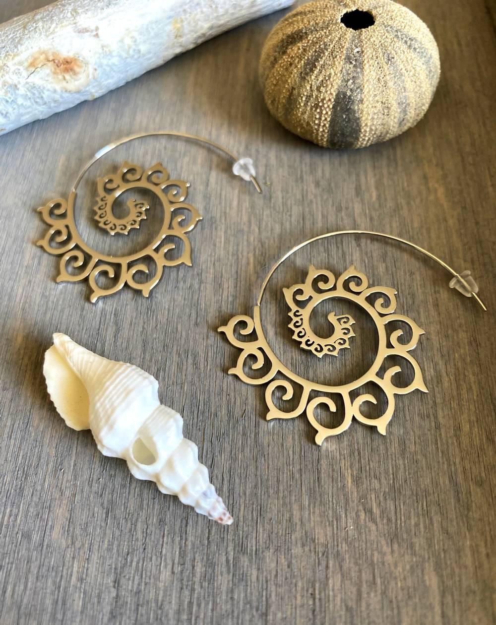 Boucle d'oreilles originales dorées style tribal en forme d'escargot