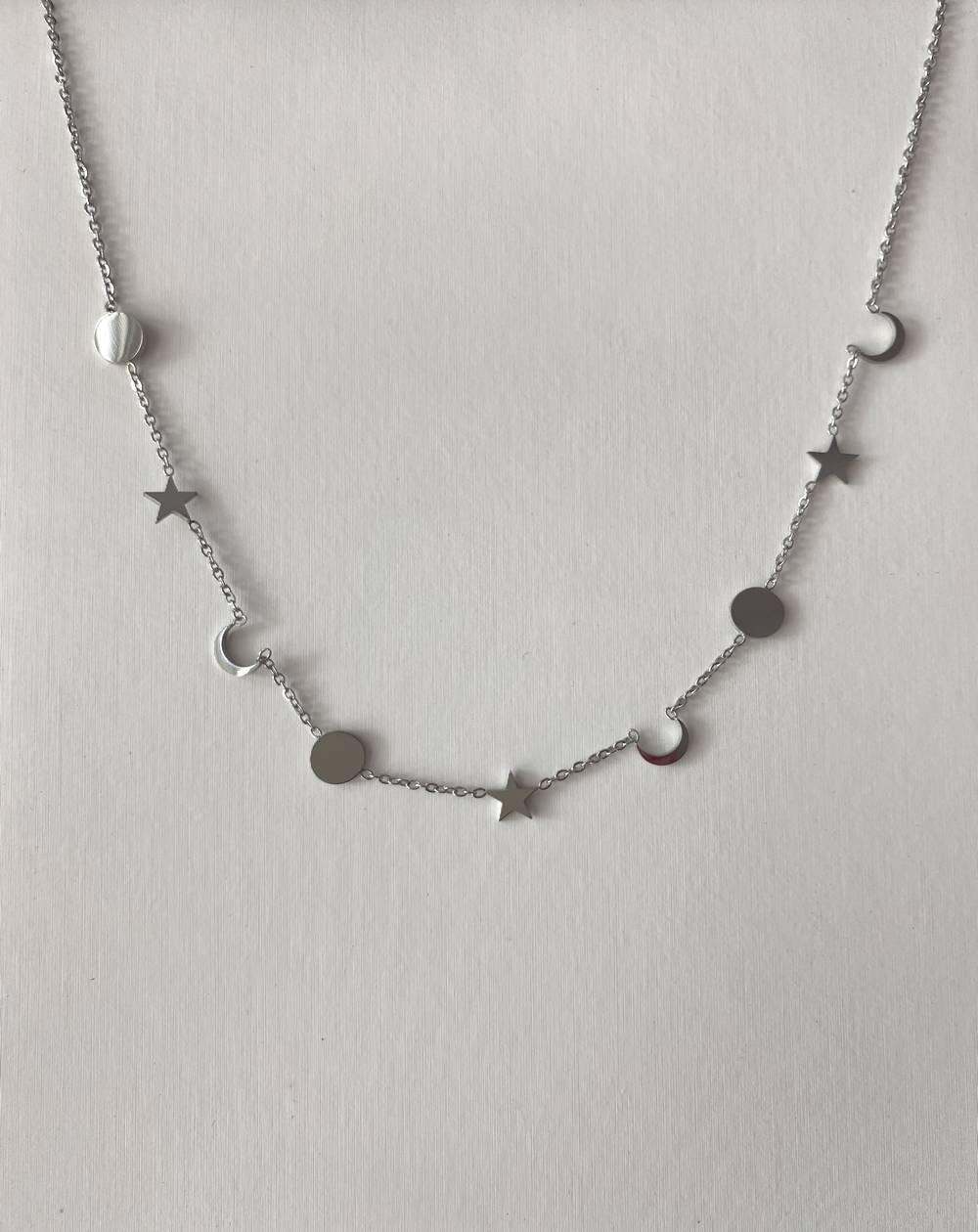 Collier chaîne femme en acier argenté avec lunes, étoiles et médailles