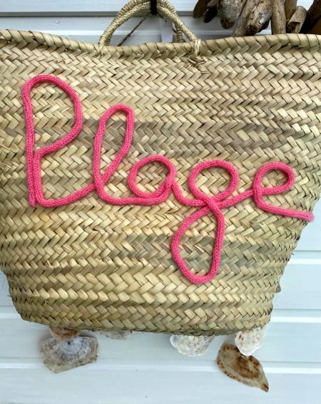 Panier de plage en osier customisé en tricotin rose fuchsia