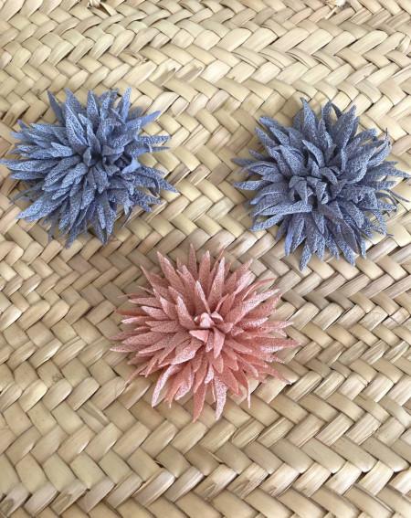 Panier aux pompons en osier naturel aux 3 fleurs (grises et roses)