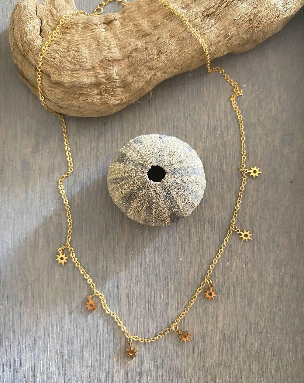 Collier médaillons soleils ajourés et dorés en acier inoxydable