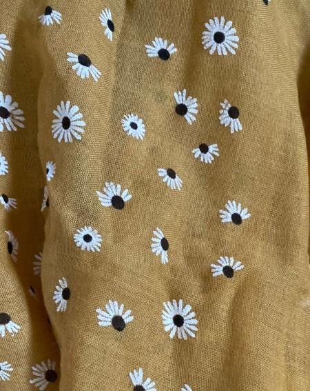Foulard moutarde aux motifs fleurs