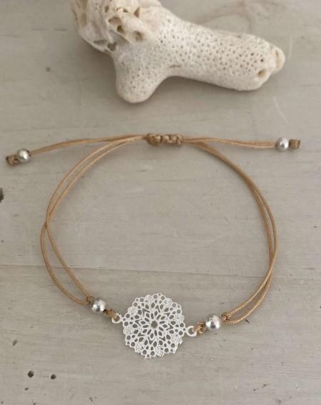 Bracelet fantaisie médaillon ajourée et cordelette beige