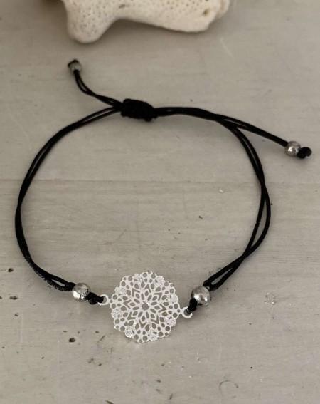 Bracelet fantaisie médaillon ajourée et cordon noir
