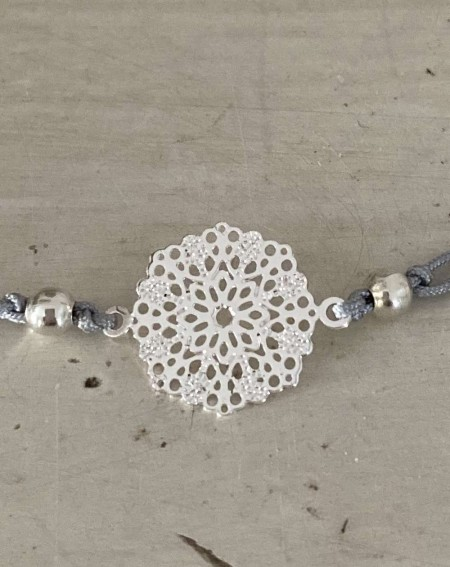 Bracelet fantaisie médaillon ajourée et cordon gris