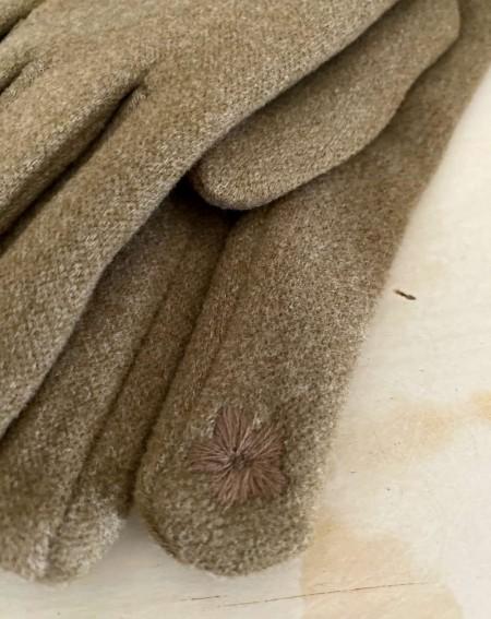 Gants femme coloris beige aux 3 pompons
