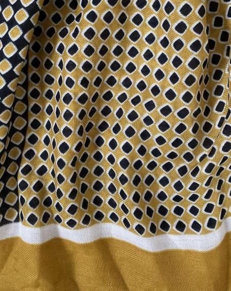 Étole moutarde à pompons pour femmes à motifs noirs et blancs