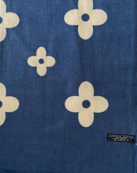 Étole à motifs beiges sur fond bleu roi en pure laine vierge