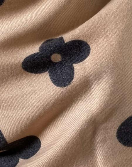 Étole à motifs gris anthracites sur fond beige rosé en pure laine vierge